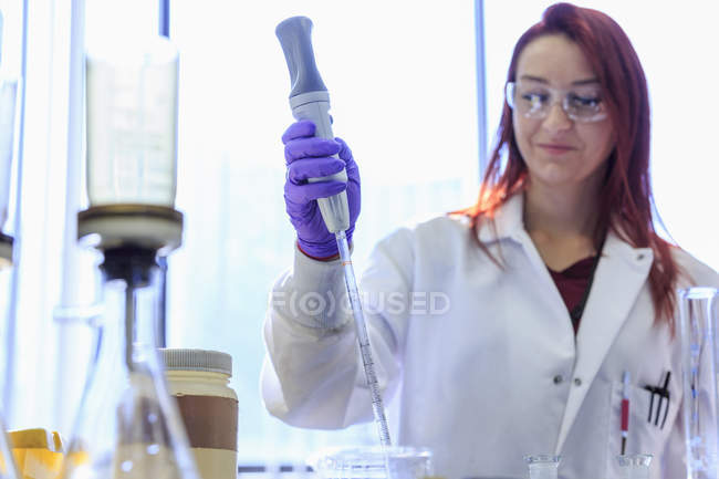 Chemist using pipette to gathering standard solution. — Stock Photo