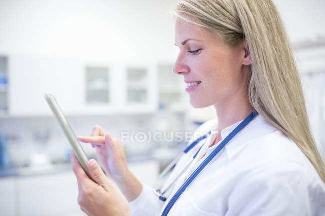 Портрет женщины-врача с помощью цифрового планшета . — стоковое фото
