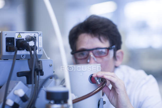 Female chemist setting up vacuum pump in laboratory, close-up — Stock Photo