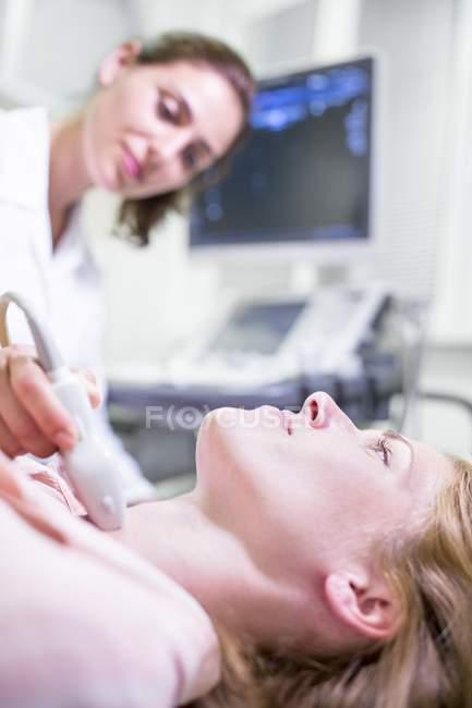 Ecografista esegue ecografia il paziente femminile — Foto stock ...