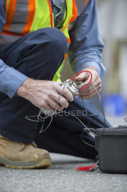 Wasserabteilungstechniker mit Durchflusssensor. — Stockfoto