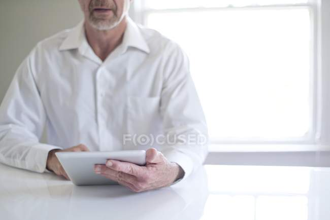 Cropped view of senior man using digital tablet. — Stock Photo