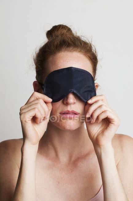 Femme fatiguée portant un masque de sommeil couvrant les yeux . — Photo de stock