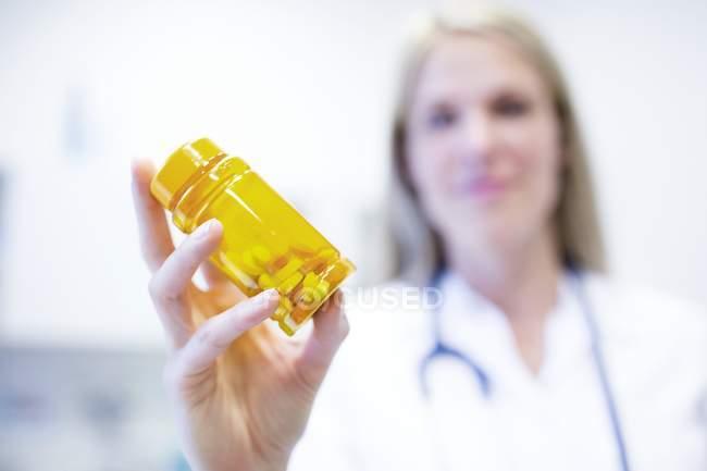 Flasche Pillen in der Hand einer Ärztin. — Stockfoto