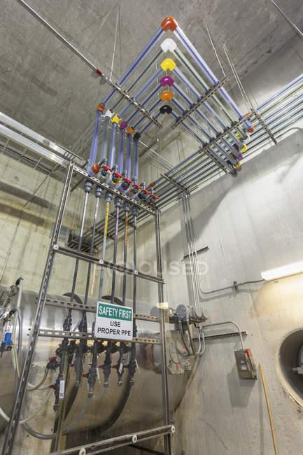 Sistema di iniezione chimica impianto di trattamento delle acque. — Foto stock