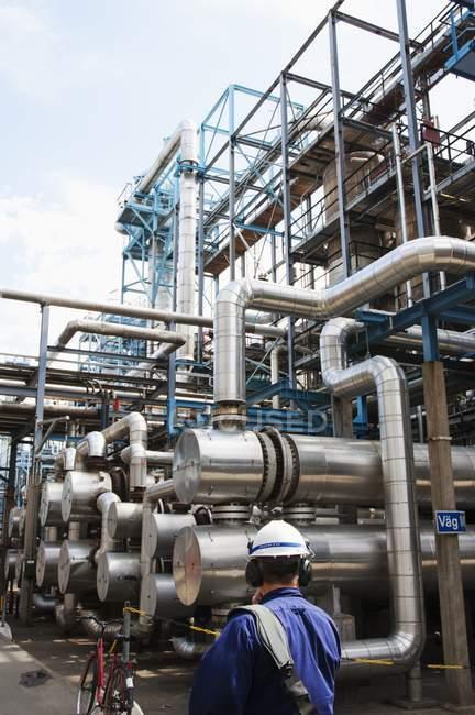 Ingénieur regardant les conduites de gaz et de pétrole à la centrale électrique . — Photo de stock