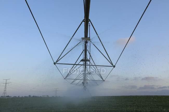 Champ irrigation système de gicleurs automatiques. — Photo de stock