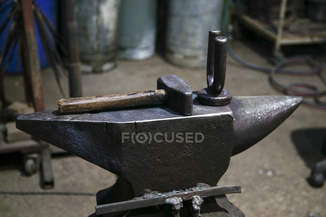 Hammer and anvil in blacksmith forge. — Stock Photo