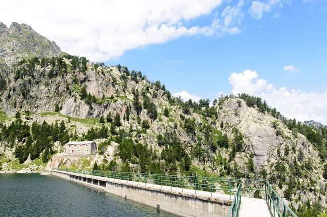 Dam в гірському озері в Colomers, Каталанська Піренеїв, Іспанія. — стокове фото