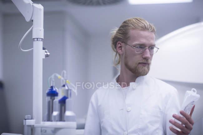 Bottiglia di soluzione di tenuta radiologica in sala radiologica . — Foto stock