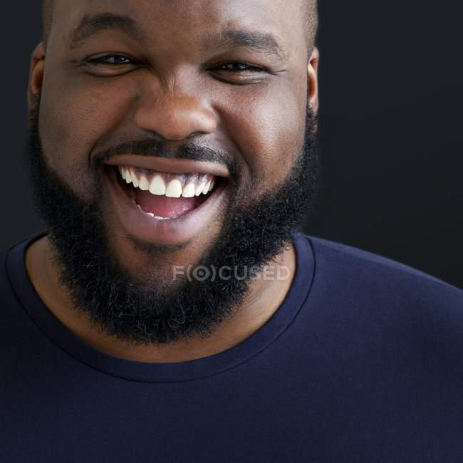 Портрет людина сміється і, дивлячись в камери. — стокове фото