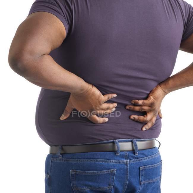 Hombre con sobrepeso con las manos en la espalda, recortado . - foto de stock