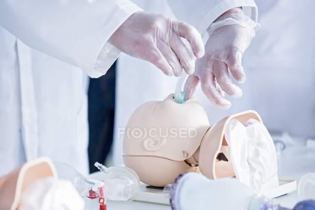 Доктор, практикующих интубация на манекен младенческая обучения. — стоковое фото