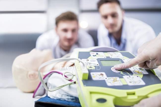 Médicos que realizan entrenamiento automatizado con desfibrilador externo . - foto de stock