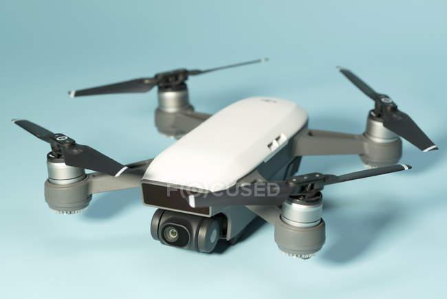 Quadricottero multirotore elicottero drone su sfondo chiaro . — Foto stock