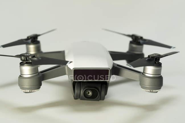 Multirotor Hubschrauber Quadrocopter Drohne auf einfarbigen Hintergrund. — Stockfoto