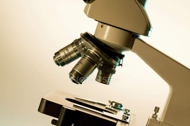 Close-up da fase de microscópio de luz e lentes . — Fotografia de Stock