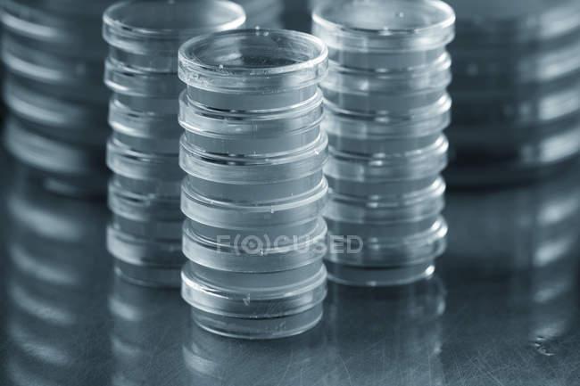 Укладка агарных пластин на обычном фоне . — стоковое фото