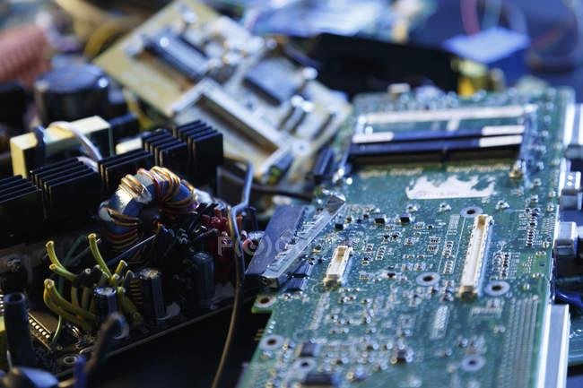 Vieille électronique empilée pour recyclage . — Photo de stock