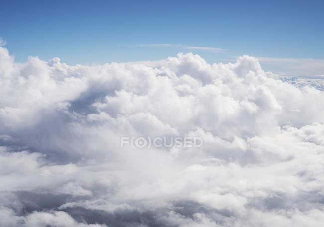 Modèle naturel de paysage nuageux dans le ciel bleu, vue aérienne — Photo de stock