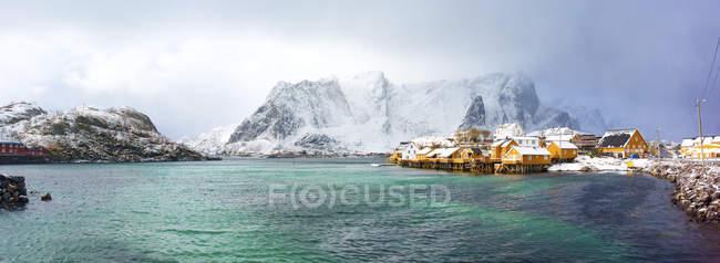 Casas tradicionais na aldeia piscatória de Hamnoy, Noruega. — Fotografia de Stock