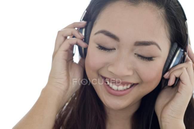 Portrait de jeune femme joyeuse écoutant de la musique dans les écouteurs . — Photo de stock