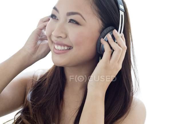 Retrato de mulher jovem adulto ouvindo música em fones de ouvido . — Fotografia de Stock