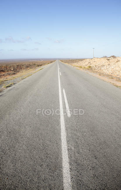 Road in barren landscape near Vredendal, Western Cape, South Africa. — Stock Photo