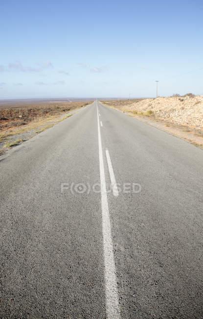 Estrada na paisagem árida perto Vredendal, Western Cape, África do Sul. — Fotografia de Stock