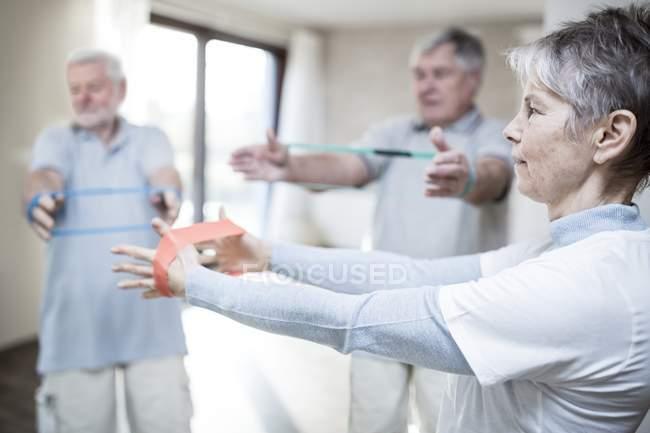 Взрослые люди в группе сопротивления . — стоковое фото