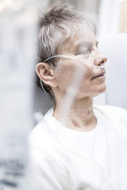 Senior woman with nasal cannula with eyes closed, close-up. — Stock Photo