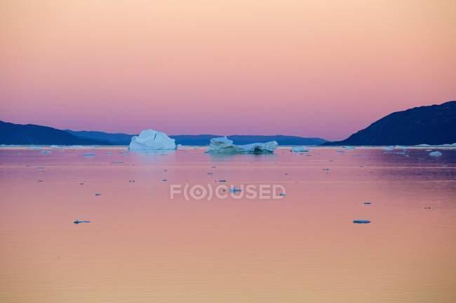 Eisberge von Eisfjord um Mitternacht in Ataa, Diskobucht, Grönland — Stockfoto