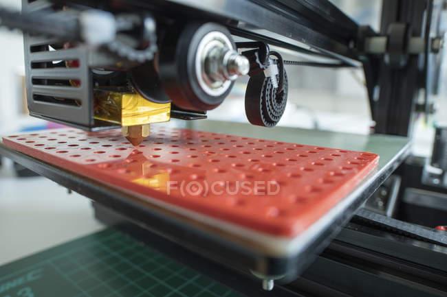 Primer plano del detalle de la pieza de la impresora 3D en interiores . - foto de stock