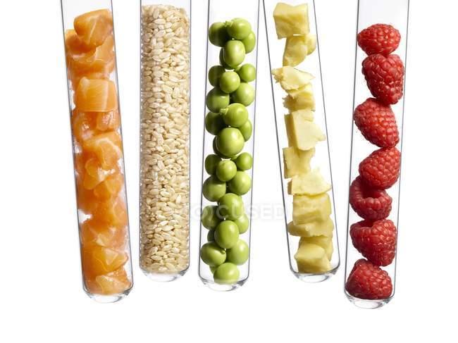 Vários produtos alimentares em tubos de ensaio, tiro estúdio . — Fotografia de Stock