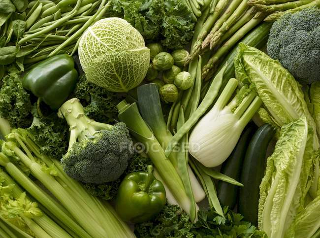 Variedad de verduras verdes frescas, vista superior . - foto de stock