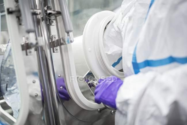 Técnico usando luvas em laboratório estéril. — Fotografia de Stock