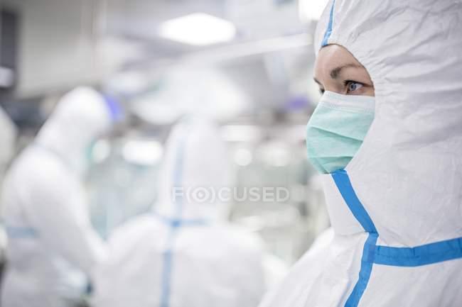 Técnico a trabalhar no laboratório biomédico lacrado e estéril. — Fotografia de Stock