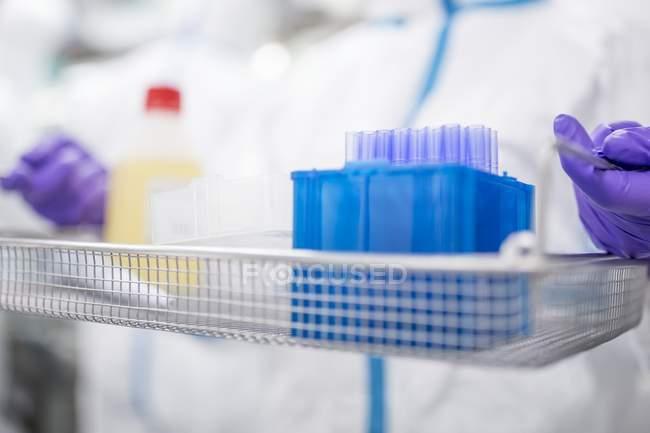 Close-up de técnico carregando equipamentos e solução em laboratório estéril. — Fotografia de Stock