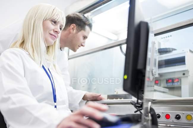Científicos usando impresora biológica 3D en laboratorio . - foto de stock