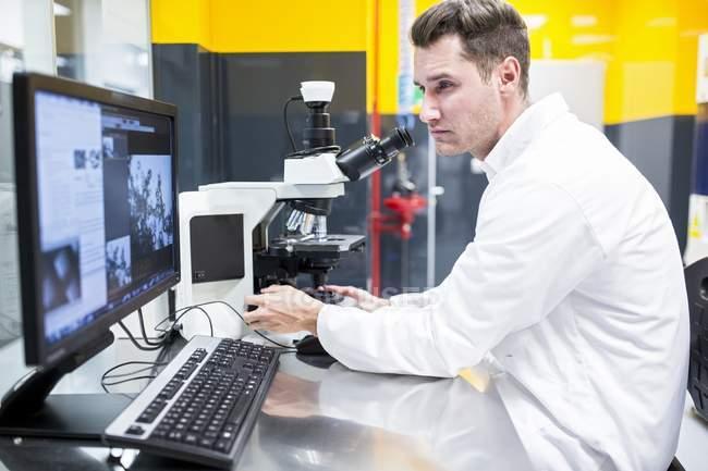Wissenschaftler überprüfen Nanofaserstruktur unter dem Lichtmikroskop. — Stockfoto