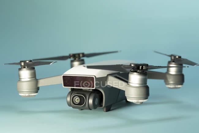 Quadrocopter Drohne auf einfarbigen Hintergrund, Studioaufnahme. — Stockfoto