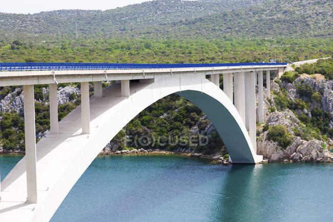 Paski ponte più sul mare stretto in Croazia colline . — Foto stock