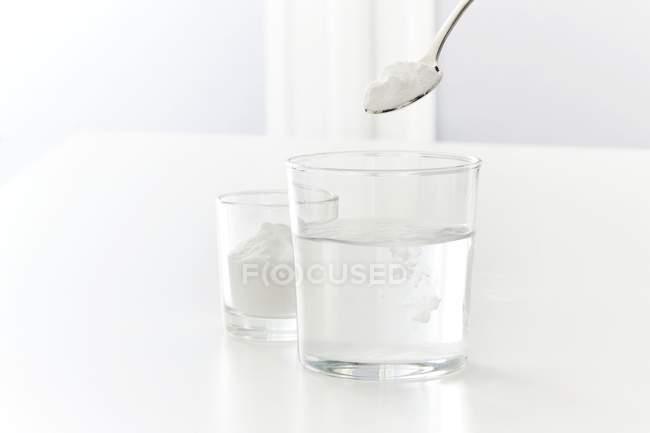 Випічка сода розчиненні у воді, студія постріл. — стокове фото
