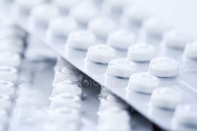 Белые противозачаточные таблетки в волдырях, студийный снимок . — стоковое фото
