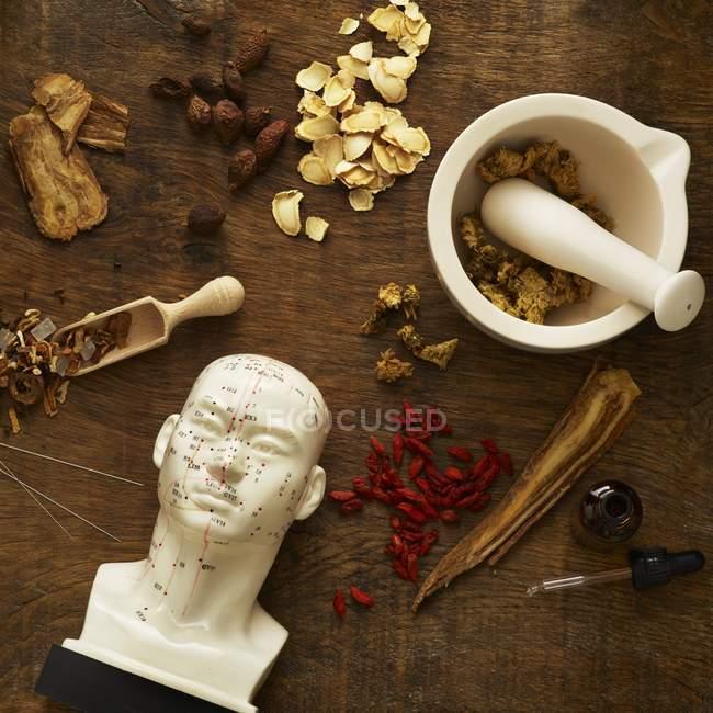 Herbes et équipements pour la médecine alternative sur fond en bois . — Photo de stock