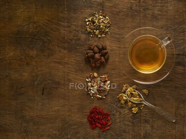 Herbes pour tisane médicinale sur fond en bois . — Photo de stock