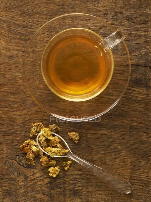 Hierbas para el té de hierbas medicinales sobre fondo de madera . - foto de stock