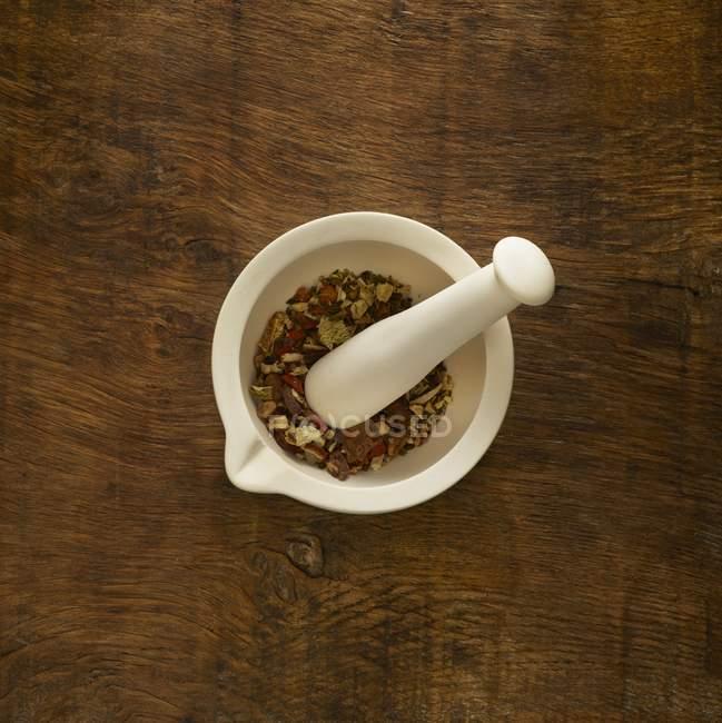 Трави в Ступка альтернативної медицини на фоні дерев'яні. — стокове фото