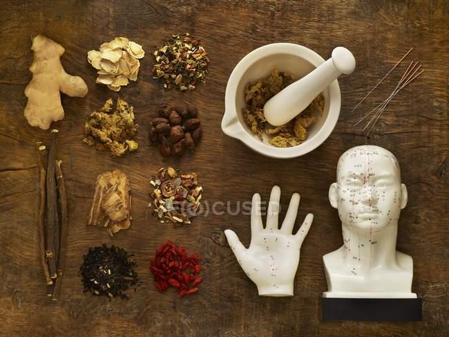 Hierbas y equipos para la medicina alternativa sobre fondo de madera . - foto de stock