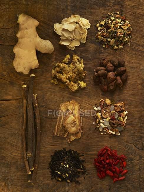 Herbes pour la médecine alternative sur fond en bois . — Photo de stock